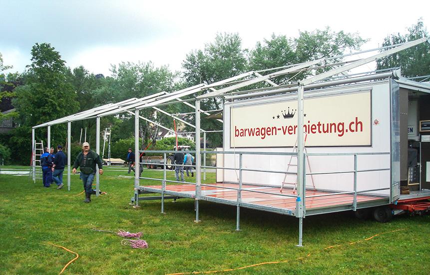 Festwagen beim Aufbau mit Zelt