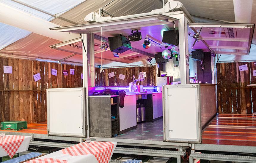 Barwagen bereit für Gäste, beleuchtet
